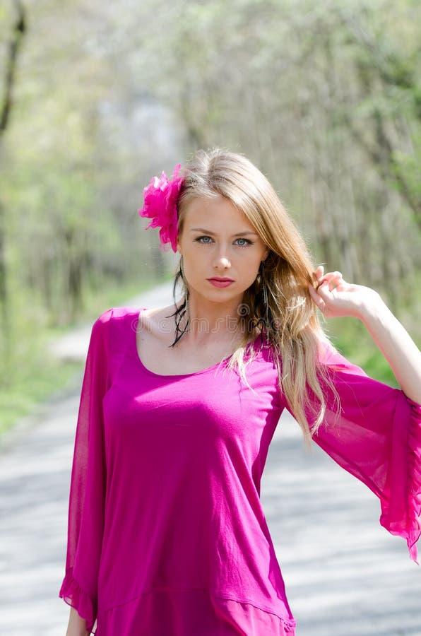 Портрет естественно красивой белокурой женщины стоковая фотография rf