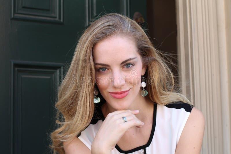 Портрет естественно красивой женщины в ее двадчадках с светлыми волосами и голубыми глазами, съемкой снаружи в естественном солне стоковая фотография rf