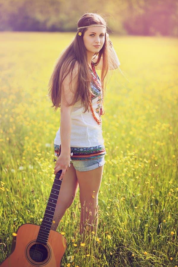 Портрет лета женщины hippie с гитарой стоковая фотография rf