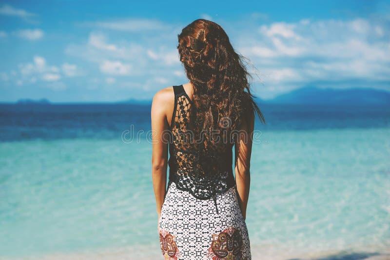Портрет лета молодой милой женщины смотря океан на a стоковое фото