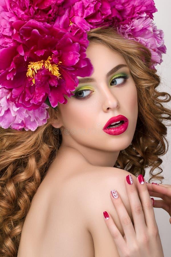 Портрет детенышей удивил девушку с венком цветка стоковые фотографии rf