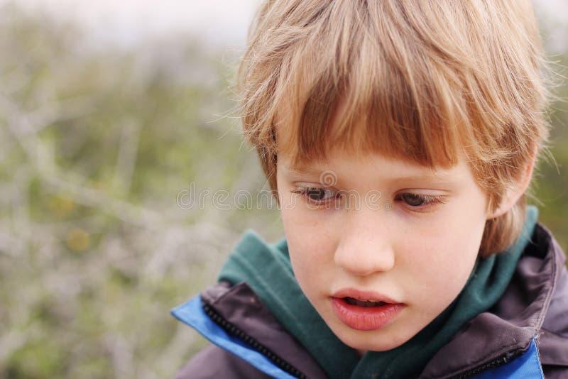 Портрет 6 лет старого мальчика стоковые изображения rf