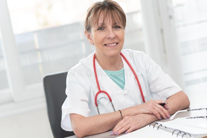 Портрет женского доктора стоковые фотографии rf
