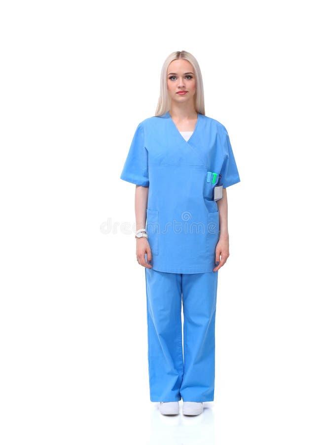 Портрет женского доктора стоя против изолированный на белой предпосылке женщина предпосылки изолированная доктором белая стоковые фотографии rf