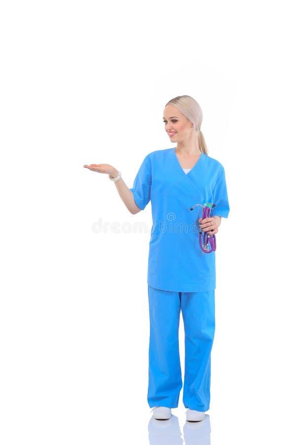 Портрет женского доктора указывая, конца-вверх, изолированного на белой предпосылке женщина предпосылки изолированная доктором бе стоковое фото rf