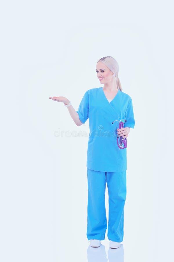 Портрет женского доктора указывая, конца-вверх, изолированного на белой предпосылке женщина предпосылки изолированная доктором бе стоковые изображения