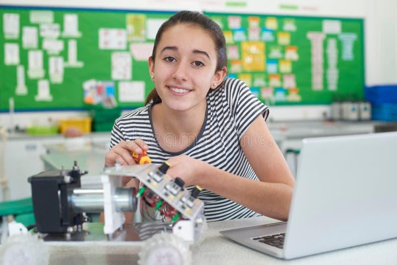 Портрет женского зрачка изучая робототехнику в уроке науки стоковое фото rf