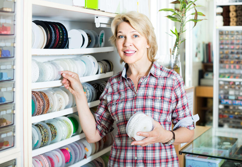 Портрет женского клиента стоя рядом с различными диапазонами для стоковые изображения rf