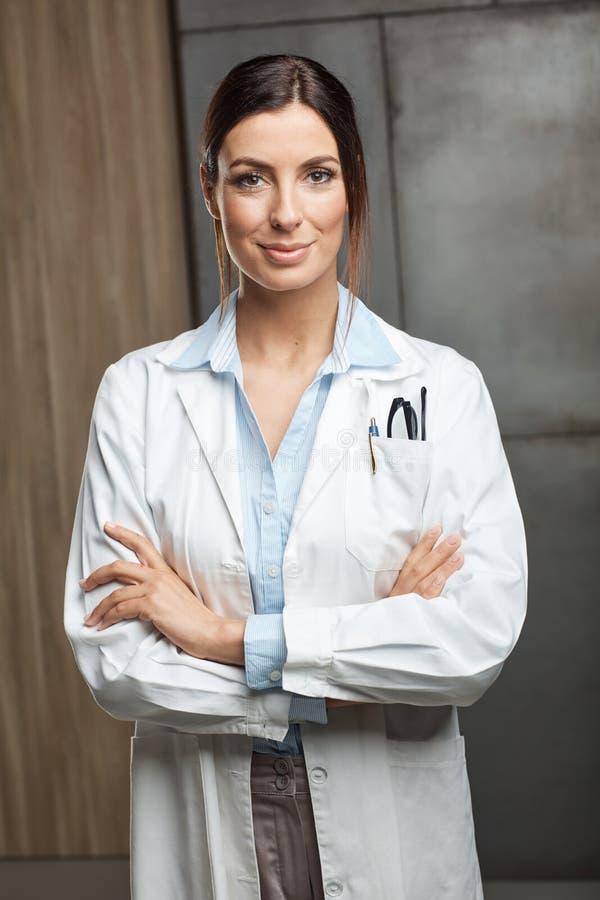 Портрет женского доктора стоковые изображения rf