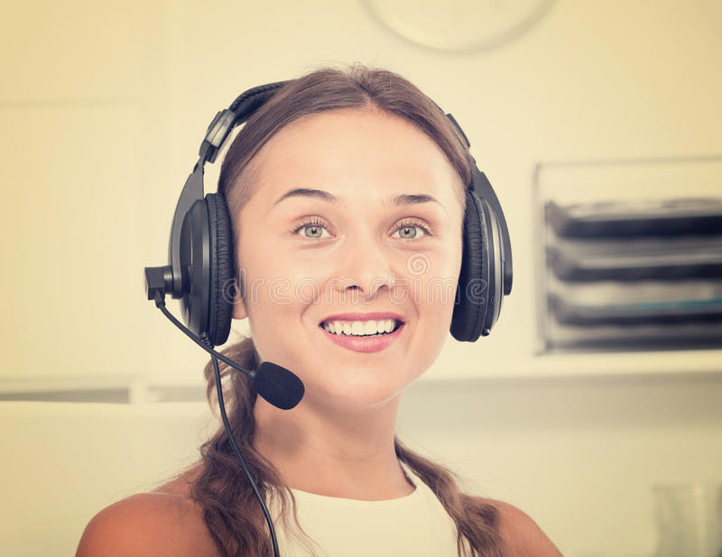 Портрет женского оператора с шлемофоном на отвечать на ce звонка стоковое изображение