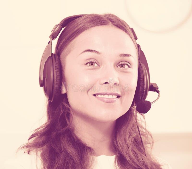 Портрет женского оператора с шлемофоном на отвечать на ce звонка стоковая фотография rf