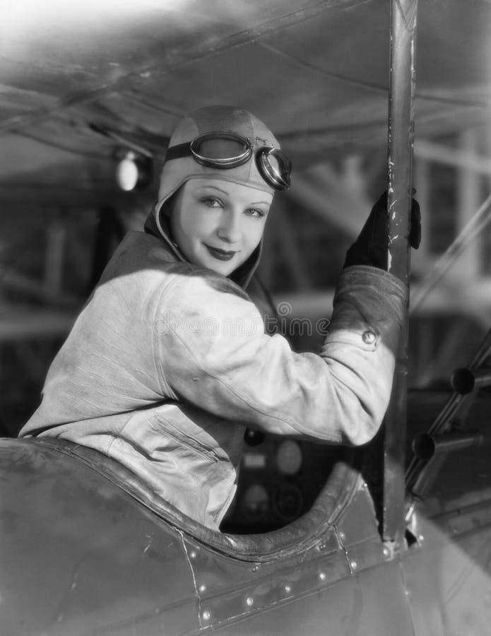 Портрет женского пилота (все показанные люди более длинные живущие и никакое имущество не существует Гарантии поставщика что там  стоковое фото rf