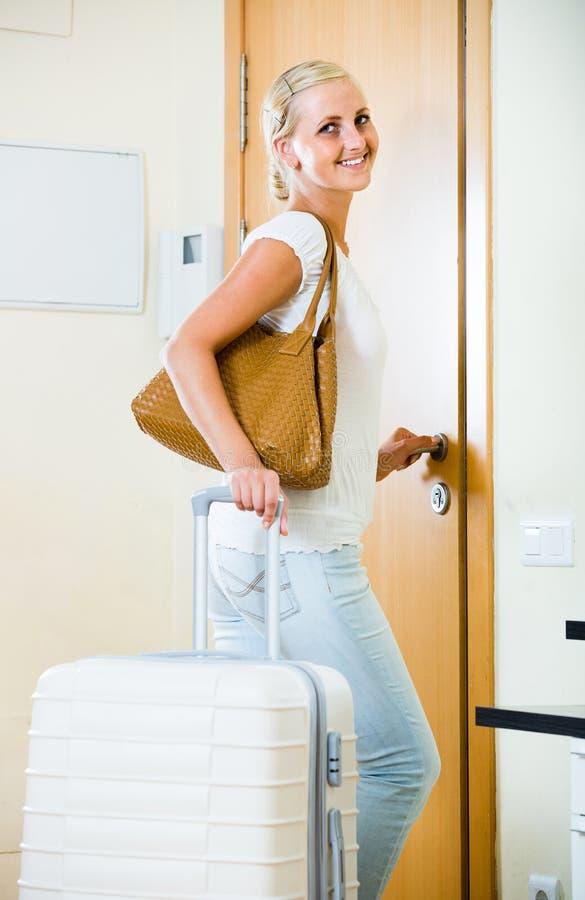 Портрет женского путешественника идя на отключение праздника стоковое изображение rf