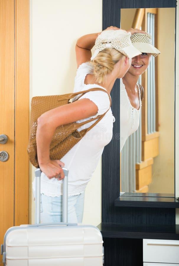 Портрет женского путешественника идя на отключение праздника стоковая фотография rf