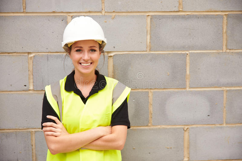 Портрет женского рабочий-строителя на строительной площадке стоковая фотография
