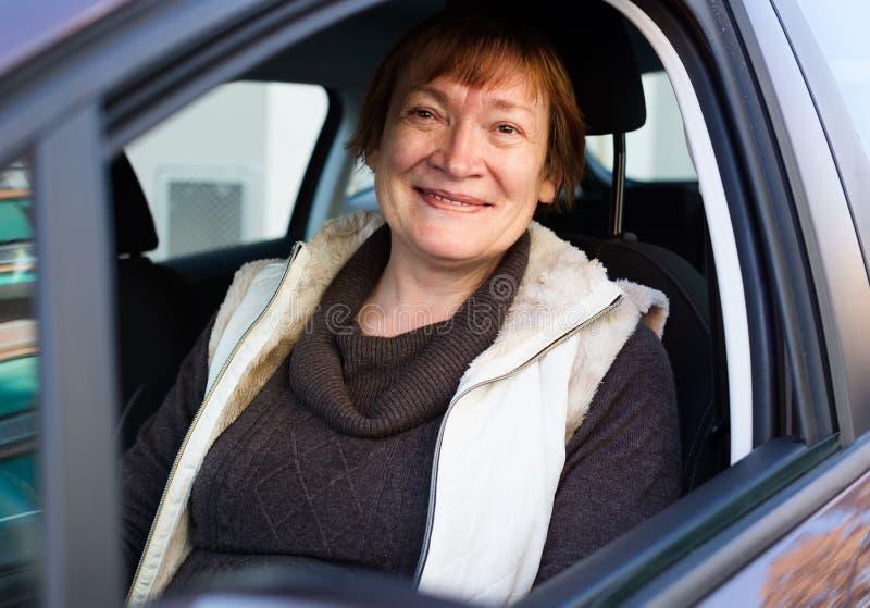 Download Портрет женского старшего водителя в автомобиле Стоковое Фото - изображение насчитывающей возмужало, обычно: 81800436