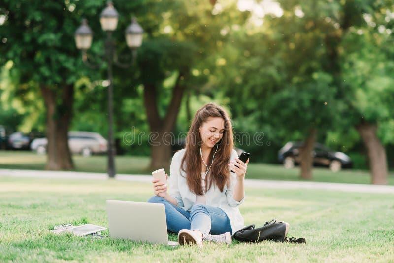 Портрет женского студента университета Outdoors на кампусе стоковая фотография rf