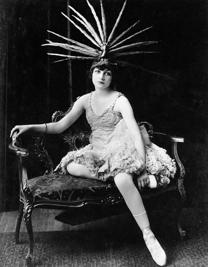 Портрет женского танцора с головным убором пера (все показанные люди более длинные живущие и никакое имущество не существует Warr стоковое изображение rf