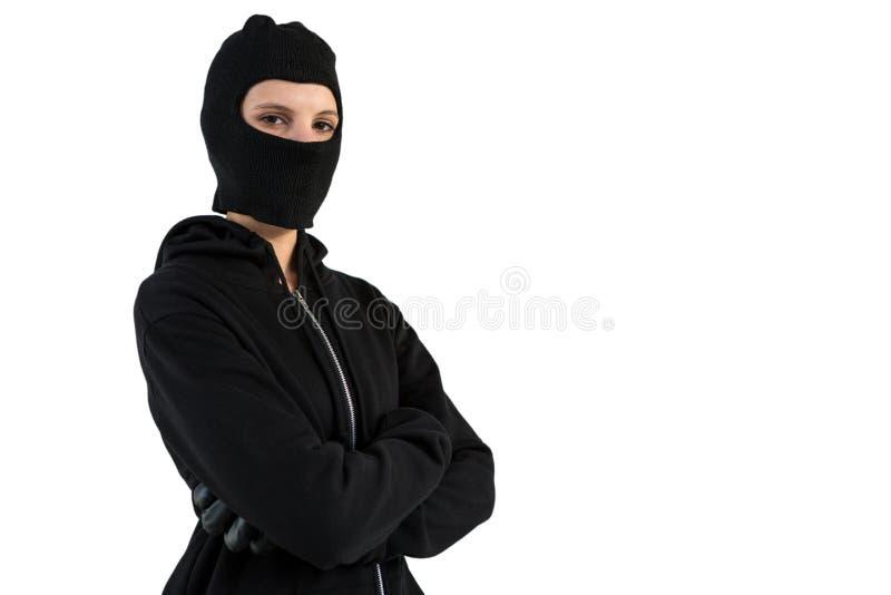 Портрет женского хакера стоя при пересеченные оружия стоковые изображения
