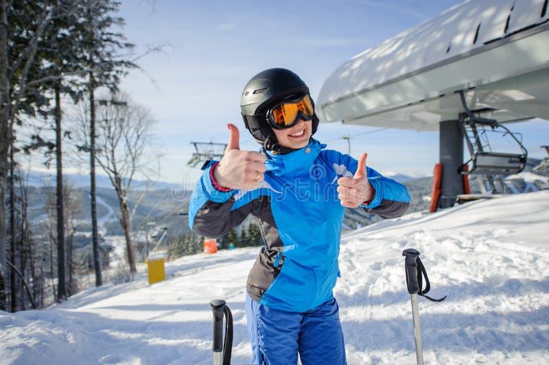 Портрет женского лыжника на верхней части наклона лыжи стоковые фото