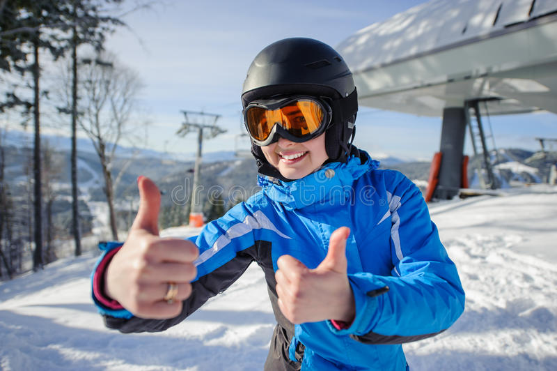 Портрет женского лыжника на верхней части наклона лыжи стоковое фото rf