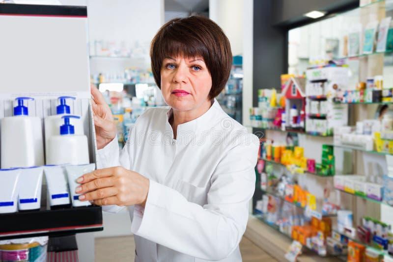 Портрет женского druggist работая в фармации стоковое фото rf