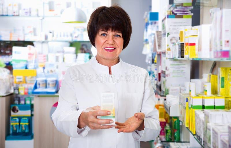 Портрет женского druggist работая в фармации стоковая фотография