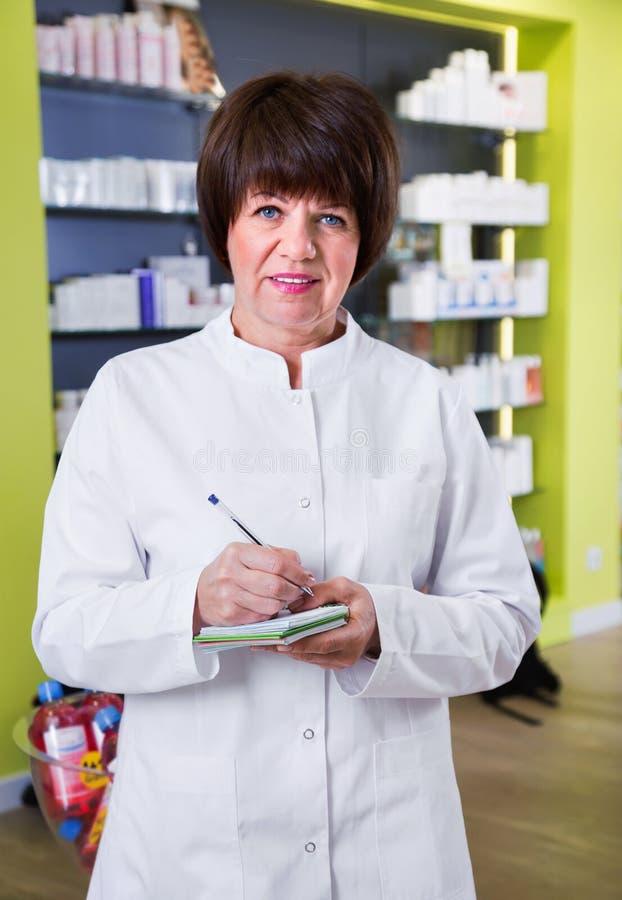 Портрет женского druggist работая в фармации стоковая фотография rf