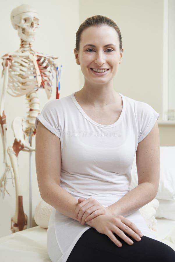 Портрет женского Osteopath в кабинете врача стоковые фотографии rf