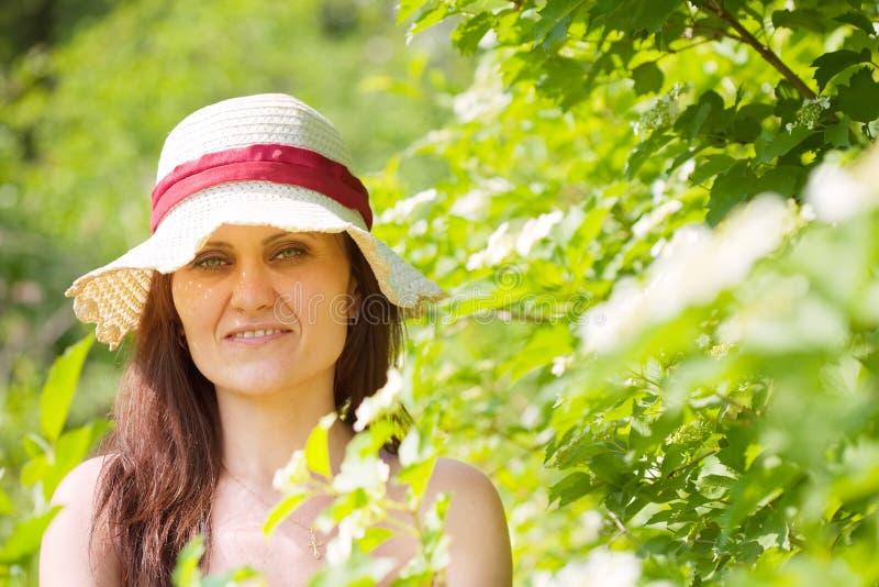 Портрет женщины весной стоковые фотографии rf