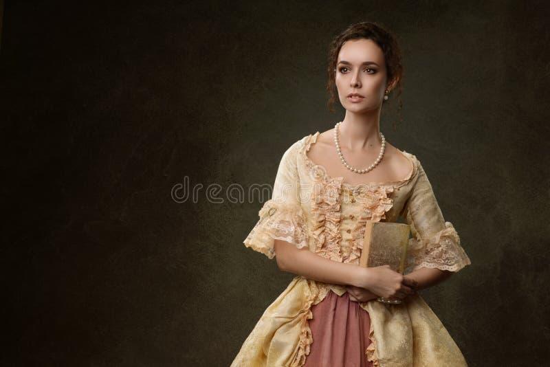 Портрет женщины в историческом платье стоковые фотографии rf