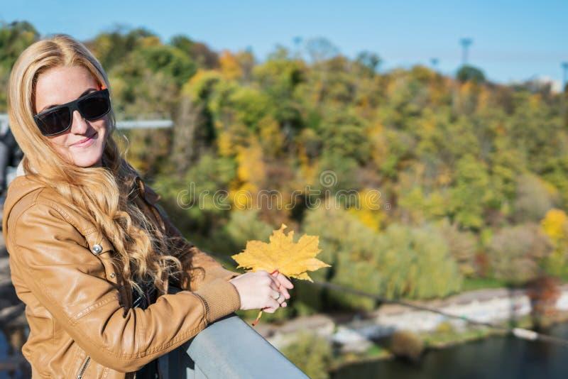 Портрет женщины в осени на bridgen стоковая фотография rf