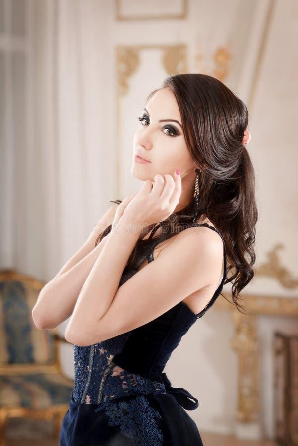 Портрет женщины в платье длинного шнурка темносинем Состав в ретро, винтажном стиле стоковая фотография