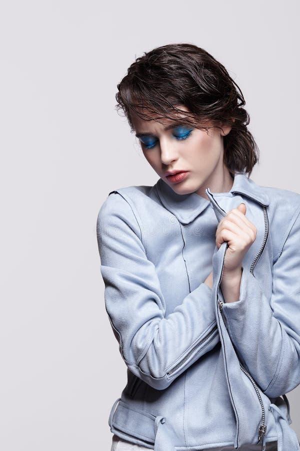 Портрет женщины в синем пиджаке Человеческая женщина с необыкновенным макияжем красоты и влажными волосами, и голубые тени макети стоковые изображения rf