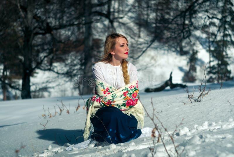 Портрет женщины в снеге стоковое изображение rf
