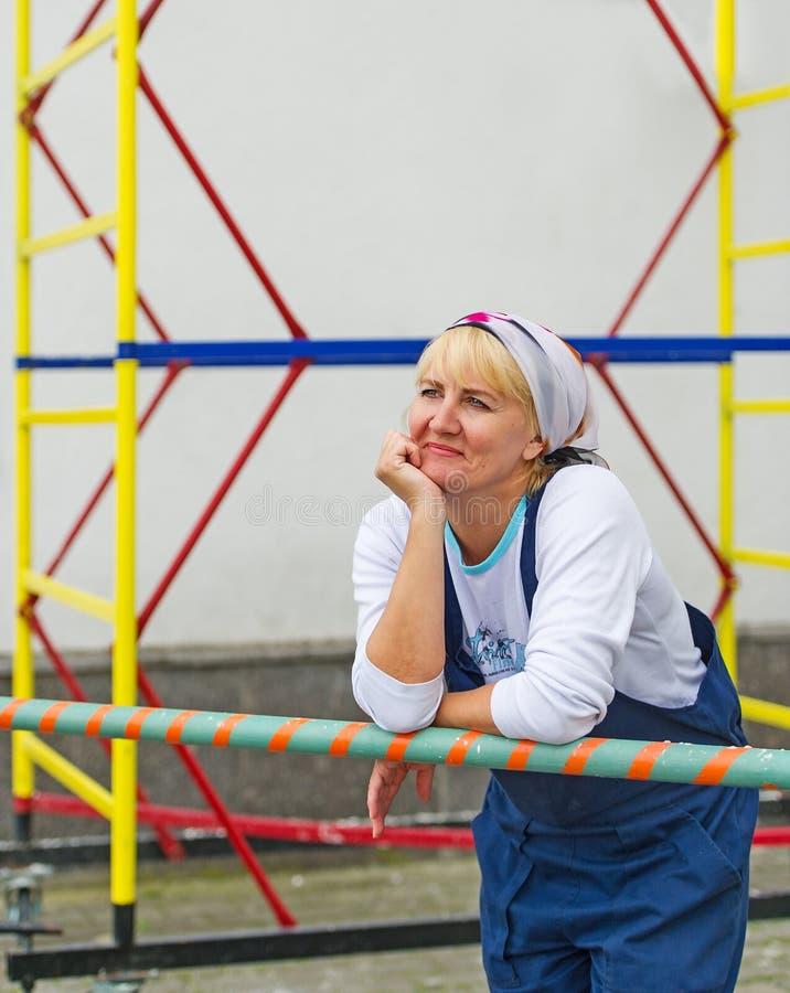 Портрет женщины в форме построителя внешней стоковое изображение rf