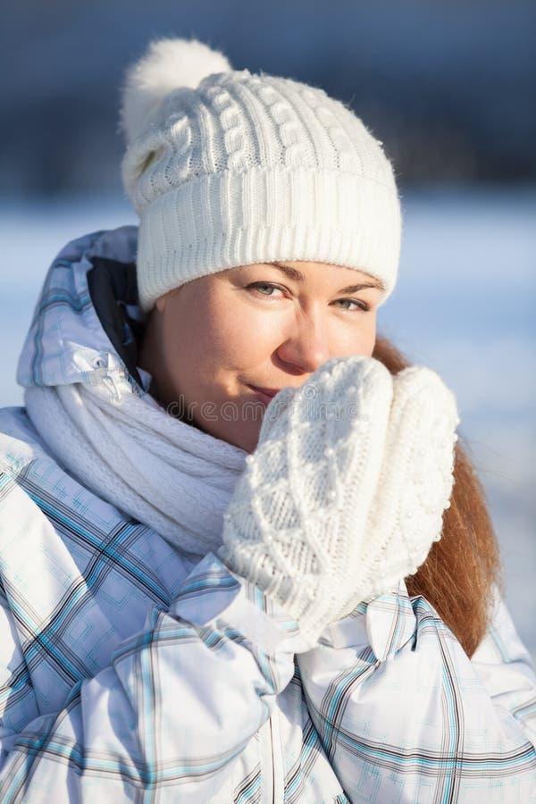 Портрет женщины в шляпе и mittens, нагревает руки стоковые фотографии rf