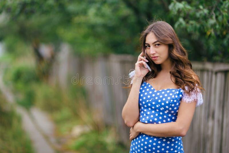 Портрет женщины говоря на умном телефоне Подрезанное изображение детенышей стоковое изображение rf