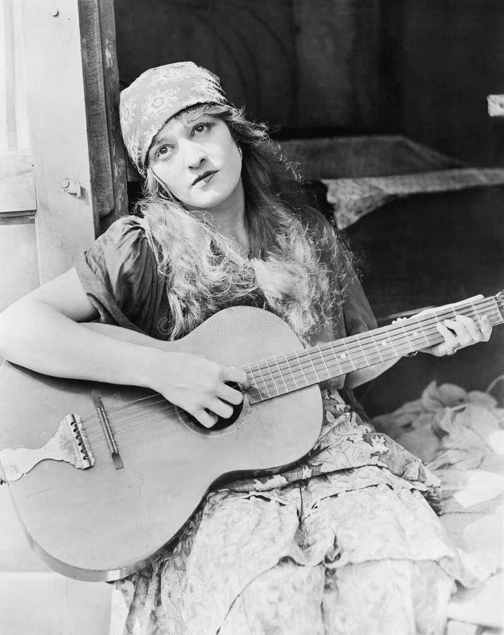 Портрет женщины играя гитару стоковое фото rf