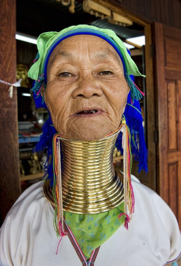 Портрет женщины длинн-шеи на плавая деревне в Шани, Мьянме стоковые фото