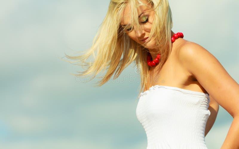 Портрет женщины красоты белокурый на предпосылке неба стоковое фото