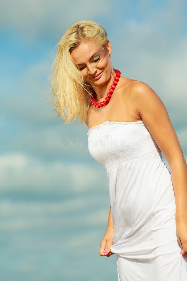 Портрет женщины красоты белокурый на предпосылке неба стоковое фото rf