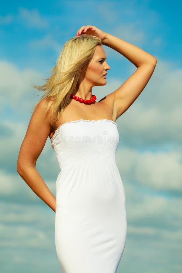 Портрет женщины красоты белокурый на предпосылке неба стоковая фотография