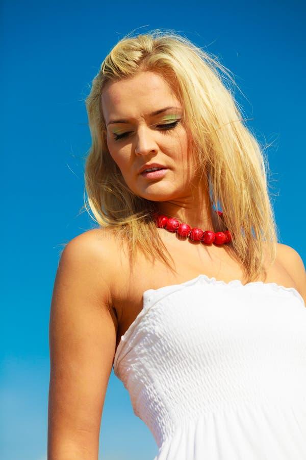 Портрет женщины красоты белокурый на предпосылке неба стоковое изображение