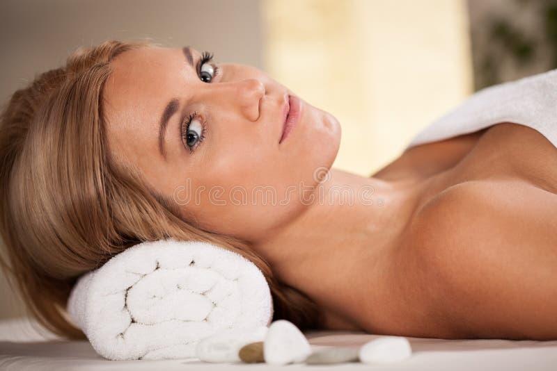 Портрет женщины красоты в комнате курорта стоковое фото
