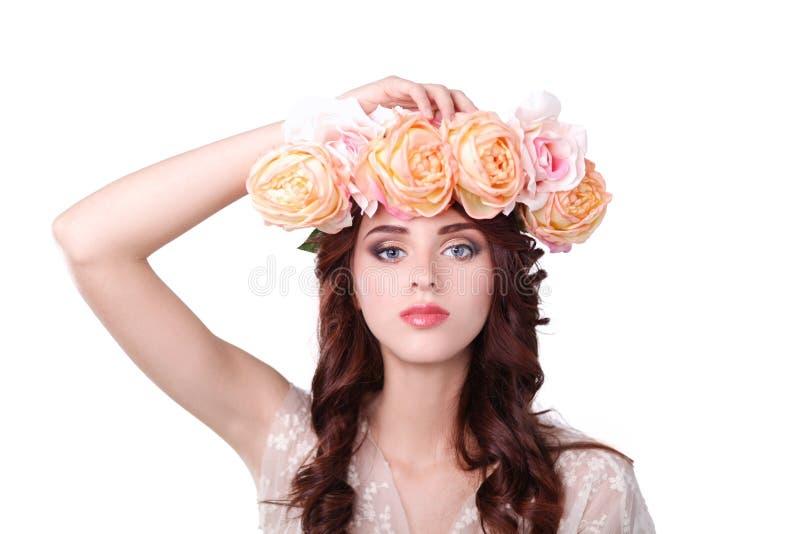 Портрет женщины красоты с венком от цветков на голове над белой предпосылкой стоковые изображения rf