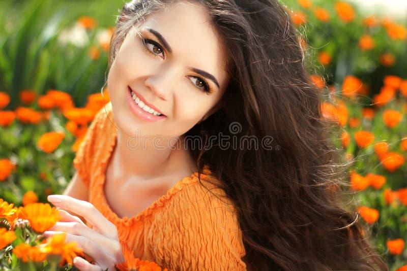 Портрет женщины красоты с цветками. Свободный счастливый наслаждаться брюнет стоковое фото