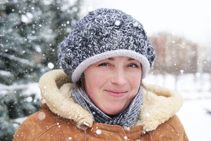 Портрет женщины на сезоне зимы с снежными елями стоковое изображение rf