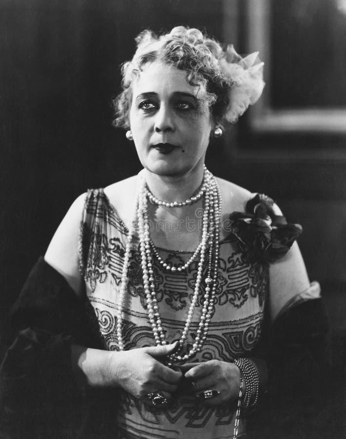 Портрет женщины нося несколько ожерелиь (все показанные люди более длинные живущие и никакое имущество не существует Гарантии пос стоковые фото