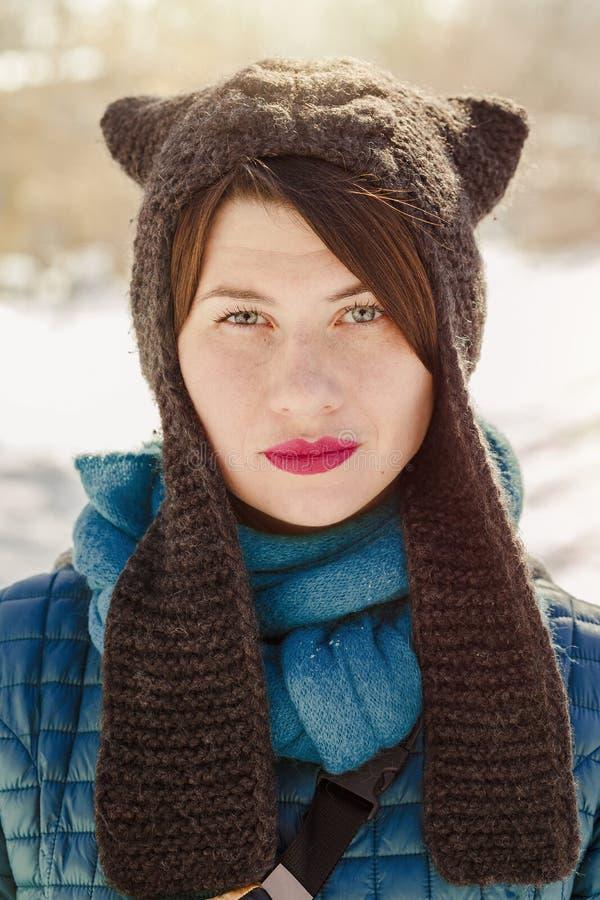 Портрет женщины нося смешную шляпу ушей кота стоковые фотографии rf